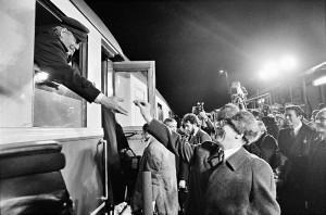 Im Dezember 1981 besucht Bundeskanzler Helmut Schmidt die DDR. Bei seiner Verabschiedung auf dem Bahnhof in Güstrow überreicht ihm der Staatsratsvorsitzende Erich Honecker ein Bonbon. Foto: Harald Schmitt